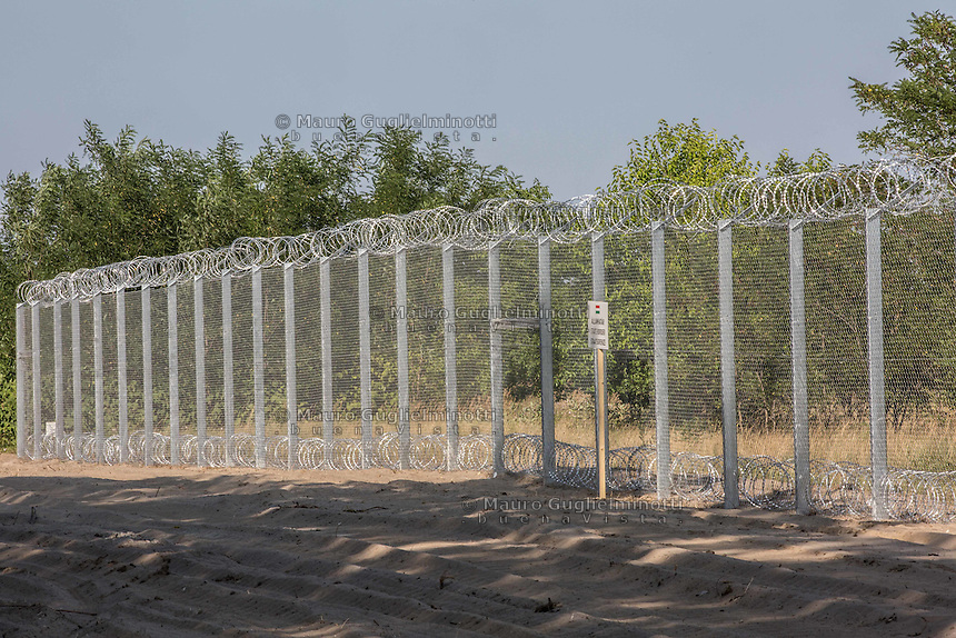 il nuovo muro al confine tra Serbia e Ungheria per fermare gli immigrati in arrivo da Siria e Afghanistan ; the new wall on the border between Serbia and Hungary to stop immigrants coming from Syria and Afghanistan