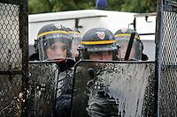 manifestation pour le travail, poliziotti avanzano dietro gli scudi protettivi