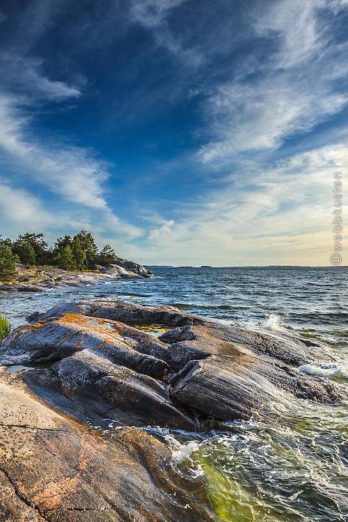 Friska vågor  mot klippa på Grönskär i Stockholms skärgård