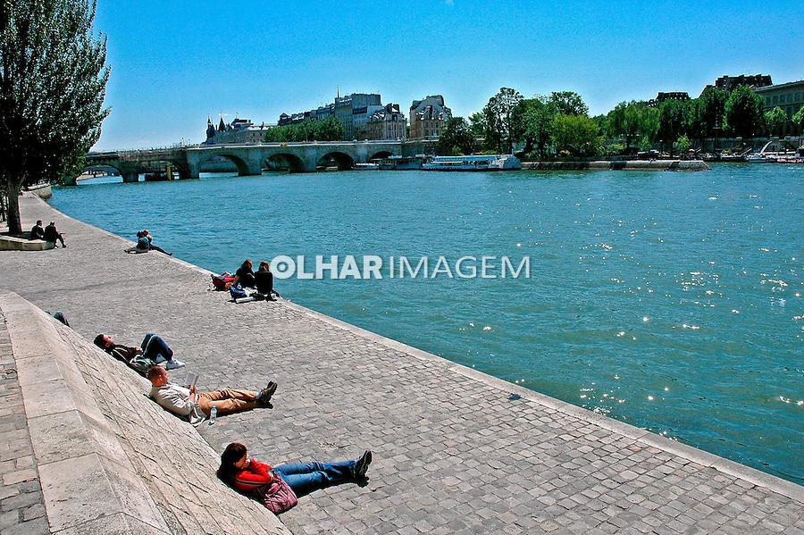 Descanso à margem do Rio Sena em Paris. França. 2005. Foto de Dudu Cavalcanti.