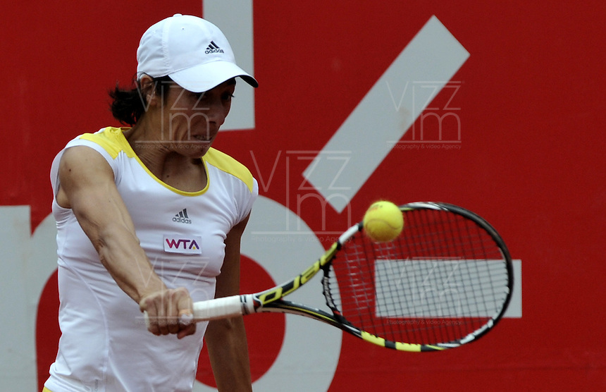 BOGOTA - COLOMBIA - FEBRERO 19: Francesca Schiavone de Italia, devuelve la bola a Sharon Fichman de Canada, durante partido por la Copa de Tenis WTA Bogotá, febrero 19 de 2013. (Foto: VizzorImage / Luis Ramírez / Staff). Francesca Schiavone from Italy returns the ball to Sharon Fichman from Canada during a match for the WTA Bogota Tennis Cup, on February 19, 2013, in Bogota, Colombia. (Photo: VizzorImage / Luis Ramirez / Staff)