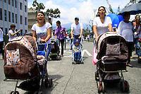 MANIZALES-COLOMBIA- 04-05-2013. Dos madres de familia gritan arengas en contra del aborto, durante la marcha en Manizales, donde participaron cerca de mil quinientas personas. La marcha recorrió la Avenida Santander, hasta la Plaza de Bolívar. (Photo: VizzorImage/ Yonboni)