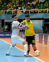CALI -COLOMBIA-13-09-2016: Angellott Caro (Der) jugador de Colombia disputa el balón con Javlon Anorov (Izq) jugador de Uzbekistán durante partido del grupo A de la Copa Mundial de Futsal de la FIFA Colombia 2016 jugado en el Coliseo del Pueblo en Cali, Colombia. /  Angellott Caro (R) player of Colombia fights the ball with Javlon Anorov (L) player of Uzbekistan during match of the group A of the FIFA Futsal World Cup Colombia 2016 played at Metropolitan Coliseo del Pueblo in Cali, Colombia. Photo: VizzorImage/ NR / Cont