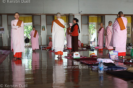 Daily routine in the Mahasi Sasana Yeiktha centre: Meditation - Burmese nuns -  Thilashin