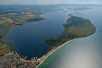 """Halbinsel  Wustrow:EUROPA, DEUTSCHLAND, MECKLENBURG- VORPOMMERN 29.06.2005 Halbinsel Wustrow. Naturschutzgebiet Gemäß Landesverordnung vom 13. Januar 1997 umfasst das Schutzgebiet den größten Teil (etwa zwei Drittel, ca. 670 ha) der Halbinsel Wustrow, einen Teil des Salzhaffs (300 ha) bis zur Wassertiefe von 2,5 m, die Wasserfläche der Kroy (300 ha), sowie Flachwasserbereiche der Ostsee bis zur 5 m-Wasserlinie! (590 ha). Es beginnt 4 km südwestlich des Ostseebades Rerik und liegt im Nordosten des Europäischen Vogelschutzgebietes """"Küstenlandschaft Wismar-Bucht"""" mit dem Naturschutzgebiet Insel Langenwerder. Die Gesamtgröße des NSG beträgt 1940 ha.  .Die Halbinsel Wustrow blieb durch die militärische Nutzung von anderen, heute raumgreifend vorhandenen Landschaftsveränderungen wie Eutrophierung, Küstenverbau und intensiver touristischer Nutzung verschont. Hervorzuheben ist die nahezu vollständig erhalten gebliebene ungestörte Küstendynamik im Übergangsbereich zwischen Ostsee, Festland und Haff.  Blickrichtung von Nordost  nach Suedwest. Im Vordergrund links das Ostseebad Rerik. In der Bildmitte die alten Kasernen der Sowjetarmee,    Ostsee, Meer, Wasser.Luftaufnahme, Luftbild,  Luftansicht."""