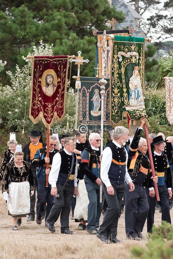 France, Finistère (29), Carantec, pardon de Notre-Dame de Callot de à la chapelle Notre-Dame-de-Callot sur l'île Callot, il a lieu chaque année autour du 15 août selon les heures de marées, l'accès à l'île se fait à pied à marée basse // France, Finistere, Carantec, Forgiveness of Notre-Dame of Callot of in the chapel Notre-Dame-de-Callot on the island Callot, it takes place every year around August 15th according to the hours of tides, the access to the island is made on foot in low tide