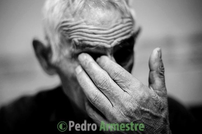 2012-12-26. Pere&ntilde;a, Salamanca..Desiderio, de 85 a&ntilde;os, es uno de los pacientes de Luis Rodr&iacute;guez, m&eacute;dico rural en la comarca de Las Arribes (Salamanca), una de las m&aacute;s envejecidas y despobladas de Espa&ntilde;a. La mayor&iacute;a de los pacientes de esta zona son octogenarios que viven en municipios de menos de 500 habitantes como Pere&ntilde;a o Cabeza de Framontanos. El trabajo del m&eacute;dico rural es similar al de cualquier m&eacute;dico de familia, salvo por las largas distancias que tienen que recorrer para visitar a los pacientes. En algunos pueblos no hay ni siquiera dispensario y es el doctor el que se desplaza a las casas. Esta profesi&oacute;n tampoco se libra de los recortes sanitarios. Por ejemplo, Castilla y Le&oacute;n ha decidido suprimir las guardias m&eacute;dicas rurales en 16 puntos de su geograf&iacute;a. (c) Pedro ARMESTRE.<br /> <br /> 2012-12-26. Pere&ntilde;a, Salamanca.<br /> Desiderio is 85 years old and his one of the patients of Luis Rodr&iacute;guez, a rural doctor in the region of Las Arribes (Salamanca), one of the most aged and depopulated of Spain. The majority of the patients of this zone are octogenarian that live in very small towns with no more than 500 inhabitants as Pere&ntilde;a or Cabeza de Framontanos. The work of the rural doctor is similar to any other general doctor, except for the long distances that they have to cross. The rural doctor usually moves with his car to the houses of the patients in zones with difficulties to access. The development and the cuts in the budget of the Spanish health can make eliminate this profession. (c) Pedro ARMESTRE