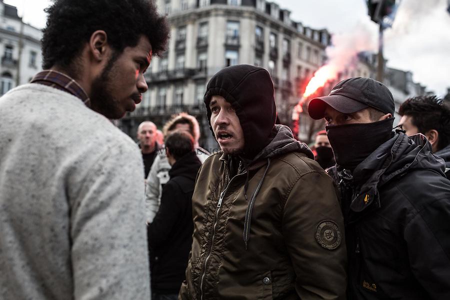 BRUXELLES,Belgique: Un hooligan se fache avec un jeune homme qui se trouvait devant le mémorial, le 27 mars 2016. Peu après 14h, environ 400 hooligans sont arrivés à la Bourse et on semé le trouble au mémorial aux victimes des attentats de Bruxelles. Après 45min, la police est entrée en action pour encercler les individus et les repousser jusqu'à la gare du Nord.