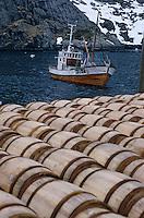 Europe/Norvège/Iles Lofoten/Nusfjord: le port de péche au skréi - cabillaud détail des barils d'une pêcherie et bateau de pèche