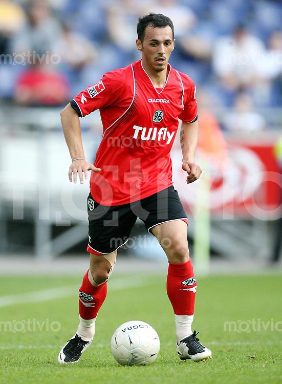 Fussball     1. Bundesliga Saison    2007/2008 Sergio PINTO (Hannover 96), Einzelaktion am Ball
