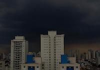 SAO PAULO, SP, 06/12/2012. NUVENS CARREGADAS. Nuvens carregadas sobre a zona leste de São Paulo no final da tarde dessa Quinta-feira (6).  FOTO: LUIZ GUARNIERI / BRAZIL PHOTO PRESS