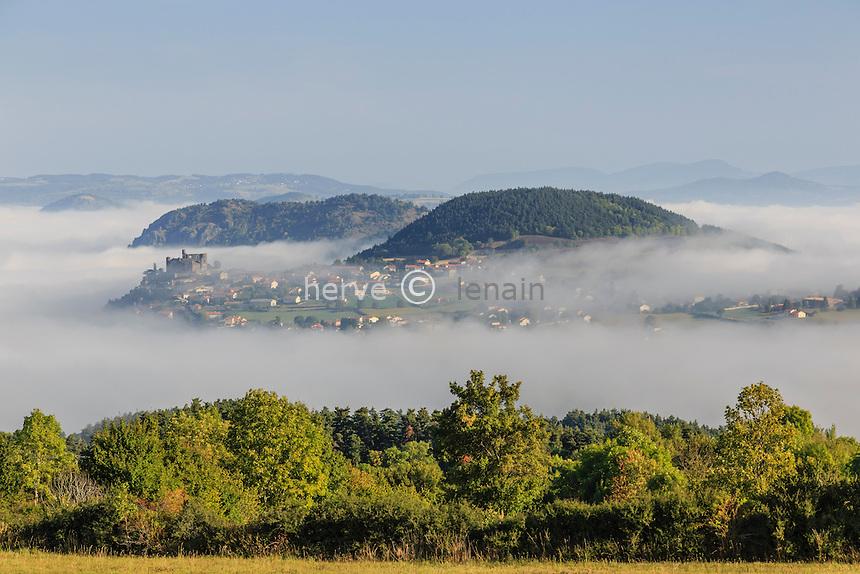 France, Haute-Loire (43), Arsac-en-Velay, château de Bouzols émergeant de la brume matinale // France, Haute Loire, Arsac en Velay, Bouzols castle emerging from the morning mist