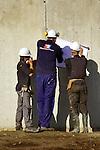 NIJKERK - In Nijkerk is Slingerland Bouw begonnen met de bouw van een nieuw duurzaam hoofdkantoor van Vreugdenhil Dairy Foods. In opdracht van de zuivelonderneming ontwierp Maas Architecten uit Lochem een bijna 3000 m2 groot kantoor op het nieuwe bedrijventerrein Arkerpoort, langs de snelweg A28. Het gebouw wordt opgebouwd in een staalconstructie met prefab vloeren, de uitkragingen worden met talen vakwerken opgevangen. COPYRIGHT TON BORSBOOM