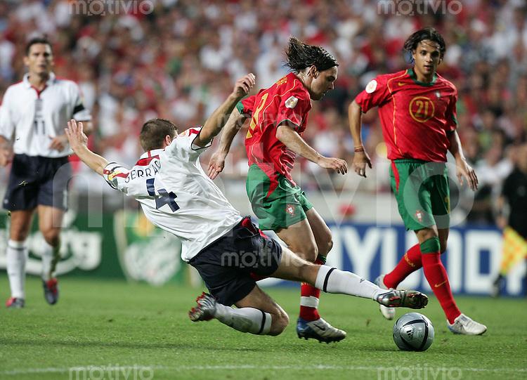 Fussball INTERNATIONAL EURO 2004 Portugal - England im Stadion da Luz in Lissabon Steven Gerrard (ENG,4)im Zweikampf mit Maniche (POR,2.v.re.) und Nuno Gomes (POR,re)
