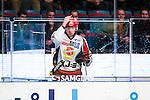 Stockholm 2013-12-28 Ishockey Hockeyallsvenskan Djurg&aring;rdens IF - Almtuna IS :  <br /> Almtuna Alen Bibic arg efter att ha blivit utvisad under den andra perioden och kastar en vattenflaska mot plexiglaset<br /> (Foto: Kenta J&ouml;nsson) Nyckelord:  utvisning utvisad utvisas  arg f&ouml;rbannad ilsk ilsken sur tjurig angry