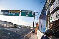 US Confine Arizona Messico Un clandestino rispedito in Messico  aspetta di ricevere un pasto da un'associazione per i migranti<br /> US Mexico Border Arizona A clandestine sent back to Mexico expects to receive a meal from an association for migrants