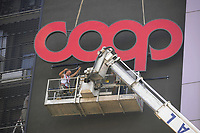 - Italia, Milano, posa dell'insegna sul palazzo direzionale della COOP<br /> <br /> <br /> <br /> - Italy, Milan, installation of the sign on the COOP's directional  building