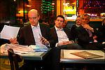 Alain Juppé en campagne pour les municipales 2008 / Chez Auguste avec Fabien Robert et le Dr Gauzere place de la Victoire / Maire de Bordeaux réélu le 14 mars 2008 / 33 Gironde / Rég. Aquitaine / Alain Juppé Mayor of Bordeaux / Aquitaine / France
