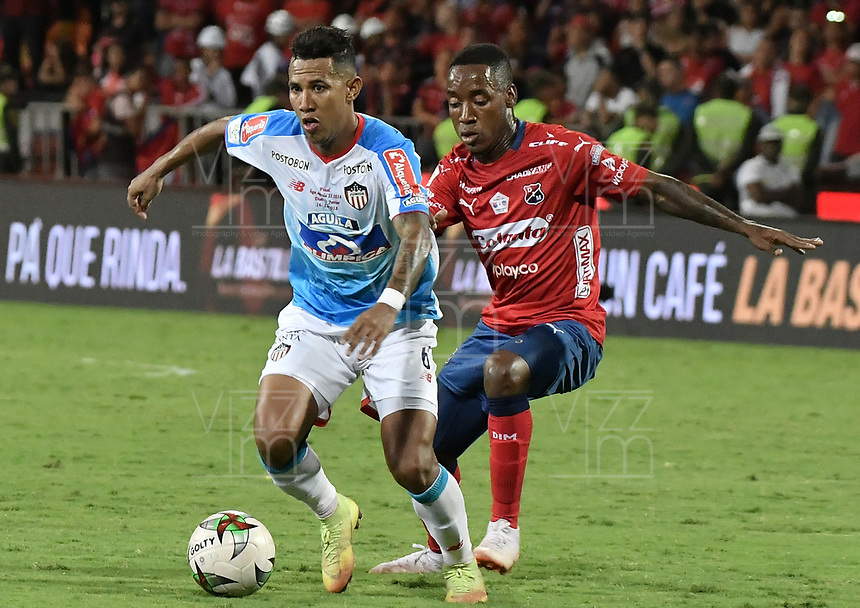 MEDELLÍN - COLOMBIA, 16-12-2018: William Parra (Der) del Medellín disputa el balón con James Sanchez (Izq) de Junior durante partido de vuelta Final entre Deportivo Independiente Medellín y Atletico Junior como parte de la Liga Águila II 2018 jugado en el estadio Atanasio Girardot de la ciudad de Medellín. / William Parra (R) of Medellin vies for the ball with James Sanchez (L) of Junior during Final second leg match between Deportivo Independiente Medellin and Atletico Junior as a part Aguila League II 2018 played at Atanasio Girardot stadium in Medellin city. Photo: VizzorImage / Gabriel Aponte / Staff