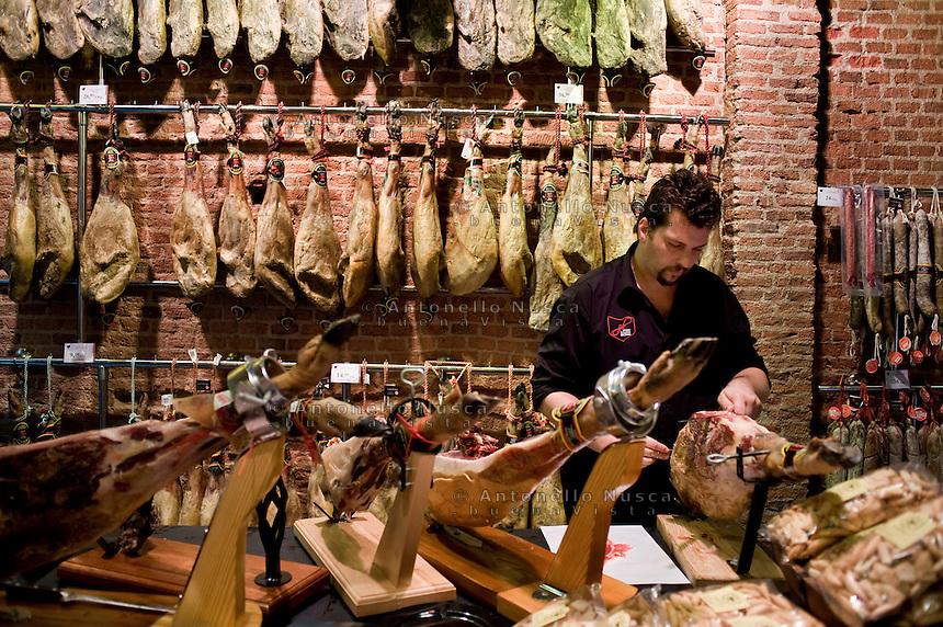 Un tipico negozio di prosciutti nel centro di Madrid