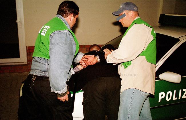 Festnahme eines rechtsextremen Skinheads in Prenzlau/Brandenburg durch Beamte der brandenburger Polizeispezialeinheit MEGA (Mobiler Einsatztrupp gegen Extremismus und Auslaenderfeindlichkeit), wegen nichtbefolgen eines Platzverweises.<br /> Die Beamten wurden wegen einer Ruhestoerung durch Skinheads vor einem Imbiss von veraengstigten Anwohnern gerufen und stellten die Personalien aller Anwesenden fest und sprachen anschliessend einen Platzverweis aus.<br /> 16.9.2000, Prenzlau<br /> Copyright: Christian-Ditsch.de<br /> [Inhaltsveraendernde Manipulation des Fotos nur nach ausdruecklicher Genehmigung des Fotografen. Vereinbarungen ueber Abtretung von Persoenlichkeitsrechten/Model Release der abgebildeten Person/Personen liegen nicht vor. NO MODEL RELEASE! Nur fuer Redaktionelle Zwecke. Don't publish without copyright Christian-Ditsch.de, Veroeffentlichung nur mit Fotografennennung, sowie gegen Honorar, MwSt. und Beleg. Konto: I N G - D i B a, IBAN DE58500105175400192269, BIC INGDDEFFXXX, Kontakt: post@christian-ditsch.de<br /> Bei der Bearbeitung der Dateiinformationen darf die Urheberkennzeichnung in den EXIF- und  IPTC-Daten nicht entfernt werden, diese sind in digitalen Medien nach &sect;95c UrhG rechtlich gesch&uuml;tzt. Der Urhebervermerk wird gemaess &sect;13 UrhG verlangt.]