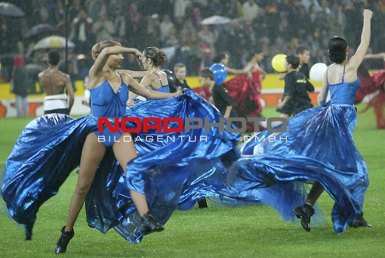 Laenderspiel EM 2004 Qualifikation<br /> Deutschland vs. Schottland 2:1<br /> Tanz bei stroemendem Regen vor dem Spiel in Dortmund.<br /> Foto &copy; nordphoto - Ruediger Lampe<br /> <br />  *** Local Caption *** Foto ist honorarpflichtig! zzgl. gesetzl. MwSt.<br />  Belegexemplar erforderlich<br /> Adresse: nordphoto<br /> Georg-Reinke-Strasse 1<br /> 49377 Vechta