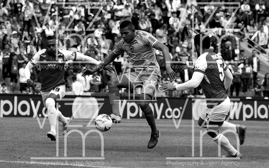 BOGOTÁ-COLOMBIA, 11–08-2019: Fáider Burbano, Andrés Pérez de Independiente Santa Fe y Almir de Jesús Soto de Patriotas Boyacá disputan el balón durante partido de la fecha 5 entre Independiente Santa Fe y Patriotas Boyacá, por la Liga Águila II 2019, jugado en el estadio Nemesio Camacho El Campín de la ciudad de Bogotá. / Faider Burbano, Andres Perez of Independiente Santa Fe and Almir de Jesús Soto of Patriotas Boyaca vies for the ball, during a match of the 5th date between Independiente Santa Fe and Patriotas Boyaca, for the Aguila Leguaje II 2019 played at the Nemesio Camacho El Campin Stadium in Bogota city, Photo: VizzorImage / Luis Ramírez / Staff.