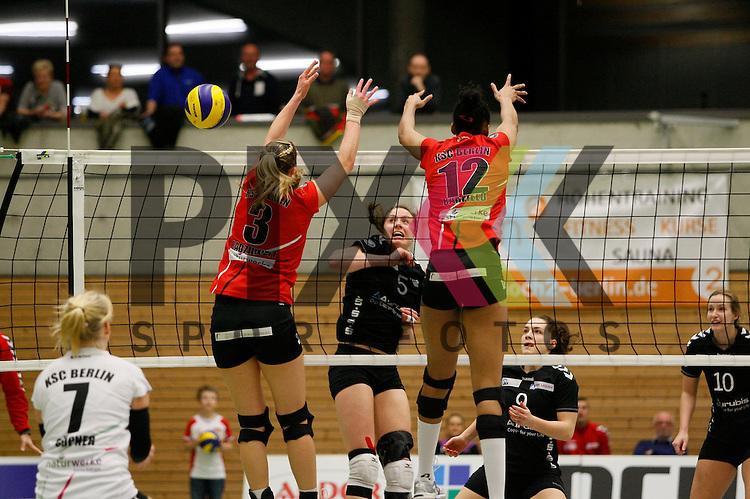 am Netz v. l. Koepenicks Saskia Radzuweit (Nr. 3) , Hamburgs Dana Cranston (Nr. 5) , Koepenicks Lauren Barfield (Nr. 12) <br /> <br /> 21.02.2015 Volleyball, 1. Bundesliga, Frauen, Saison 2014/15, Koepenicker SC Berlin - VT Aurubis Hamburg<br /> <br /> Foto &copy; PIX *** Foto ist honorarpflichtig! *** Auf Anfrage in hoeherer Qualitaet/Aufloesung. Belegexemplar erbeten. Veroeffentlichung ausschliesslich fuer journalistisch-publizistische Zwecke. For editorial use only.