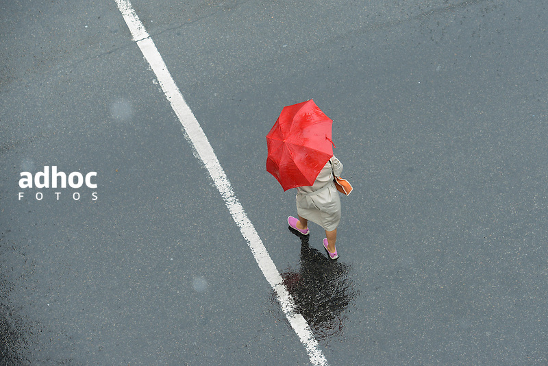 Santiago Mazzarovich/ URUGUAY/ MONTEVIDEO/<br /> <br /> En la foto: Lluvia en Plaza Cagancha. Foto: Santiago Mazzarovich/adhocFotos.<br /> <br /> 20160310 d&iacute;a jueves
