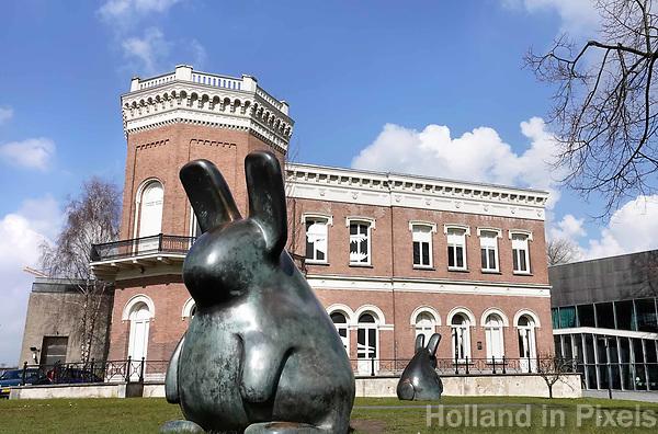 Nederland Rotterdam 26 maart 2018 . Het Natuurhistorisch Museum. Bronzen konijnen van Tom Claassen. Foto Berlinda van Dam / Hollandse Hoogte