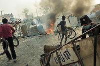 03 January, 2014 - Phnom Penh. Protesters set the barricades on fire with old tyres. © Thomas Cristofoletti / Ruom 2014