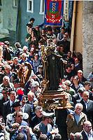 COCULLO (AQ) 05/05/2011: OLD TIPYCAL FEAST OF SNAKES - IL SANTO PORTATO IN SPALLA DURANTE L'ANTICA FESTA DEI SERPENTI. FOTO ADAMO DI LORETO