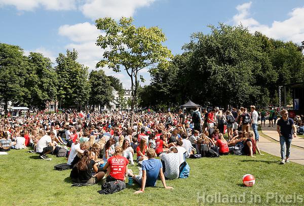 Nederland Utrecht 2016. De Utrechtse Introductie Tijd ( UIT ) is de algemene stadsintroductie voor alle studenten die in Utrecht gaan studeren. Lunch in park Lepelenburg. Foto Berlinda van Dam / Hollandse Hoogte