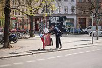 """Alltag in Berlin waehrend der Corona-Krise am 16. April 2020.<br /> Im Bild: Ein Mann begutachtet an einem  sog. """"Gabenzaun fuer Obdachlose"""" in Berlin Kreuzberg Bekleidung und Lebensmittel.<br /> 16.4.2020, Berlin<br /> Copyright: Christian-Ditsch.de<br /> [NUR FUER REDAKTIONELLE ZWECKE! Werbung nur auf Anfrage beim Fotografen. Inhaltsveraendernde Manipulation des Fotos nur nach ausdruecklicher Genehmigung des Fotografen. Vereinbarungen ueber Abtretung von Persoenlichkeitsrechten/Model Release der abgebildeten Person/Personen liegen nicht vor. NO MODEL RELEASE! Don't publish without copyright Christian-Ditsch.de, Veroeffentlichung nur mit Fotografennennung, sowie gegen Honorar, MwSt. und Beleg. Konto: I N G - D i B a, IBAN DE58500105175400192269, BIC INGDDEFFXXX, Kontakt: post@christian-ditsch.de<br /> Bei der Bearbeitung der Dateiinformationen darf die Urheberkennzeichnung in den EXIF- und  IPTC-Daten nicht entfernt werden, diese sind in digitalen Medien nach §95c UrhG rechtlich geschuetzt. Der Urhebervermerk wird gemaess §13 UrhG verlangt.]"""