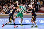 Stockholm 2014-10-22 Handboll Elitserien Hammarby IF - IK S&auml;vehof :  <br /> Hammarbys Jonatan Wenell i kamp om bollen med S&auml;vehofs  Eric Forsell-Schefvert och Victor Frid&eacute;n <br /> (Foto: Kenta J&ouml;nsson) Nyckelord:  Eriksdalshallen Hammarby HIF HeIF Bajen IK S&auml;vehof