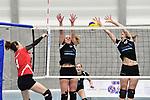 2018-03-10 / Volleybal / Seizoen 2017-2018 / Vrouwen Liga B Noorderkempen - Blaasveld / Van den Broeck (Blaasveld) haalt uit tegen Sarah Vermote en Kim Van Dun (r.)<br /> <br /> ,Foto: Mpics.be