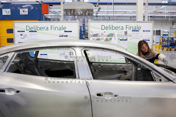 Torino: operai dello stabilimento Maserati Gianni Agnelli Plant durante l'avvio della produzione della nuova Maserati 4 porte...Turin: worker in the new Maserati plant dedicated to Gianni Agnelli. .It will produce the new model of Maserati Quattroporte.