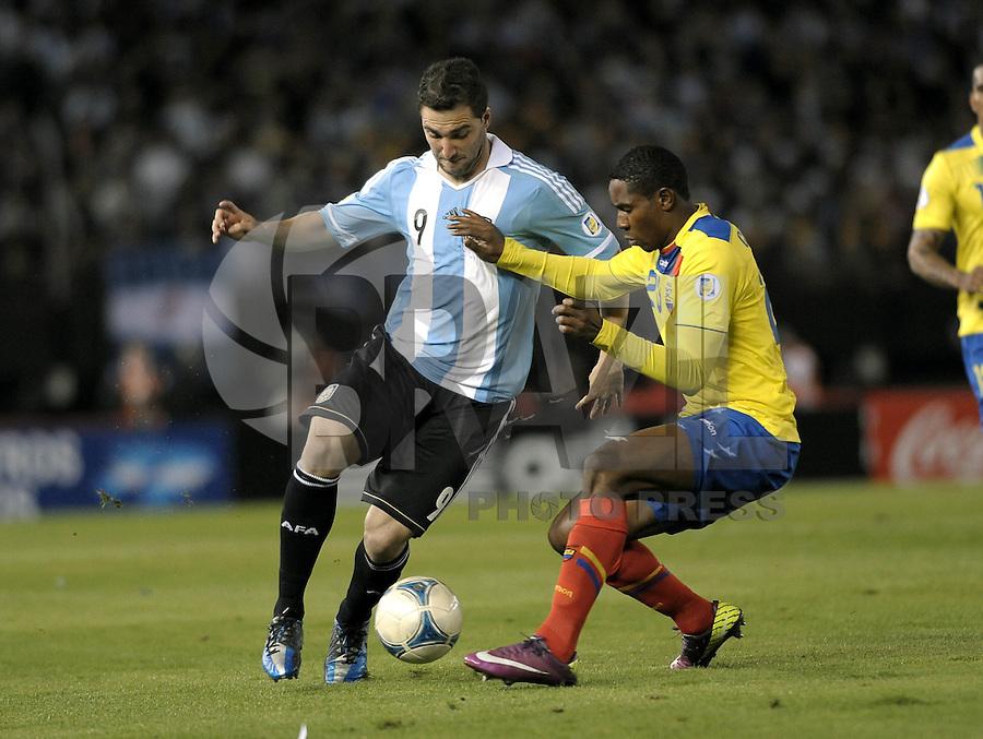 BUENOS AIRES, ARGENTINA, 02 DE JUNHO 2012 - ELIMINATORIAS SULAMERICANAS - ARGENTINA X EQUADOR - Gonzalo Higuaín da Argentina, durante lance de partida diante do Equador, durante partida válida pelas Eliminatórias sul-americanas para a Copa de 2014, no Estádio Monumental de Núñez, em Buenos Aires, neste sábado. A seleção argentina venceu por 4 a 0.  (FOTO: JUANI RONCORONI / BRAZIL PHOTO PRESS).