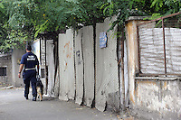 Roma, 1 Luglio 2011.Via Cave di Pietralata 102.Sgombero della comunità Rom Romena.con Polizia di Stato e Polizia municipale.Unità cinofila