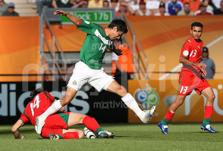 Fussball WM 2006  Gruppenspiel  Vorrunde 1  Gruppe D Mexiko 3-1 Iran Gonzalo Pineda (MEX,hinten) gegen Andranik Teymourian (IRN) beobachtet von Hossein Kaabi (IRN)