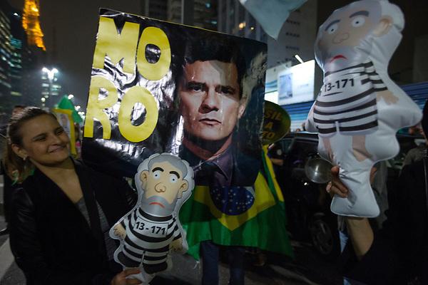 BRA53. SAO PAULO (BRASIL), 12/07/2017.- Un grupo de manifestantes celebran este miércoles 12 de julio de 2017, en Sao Paulo (Brasil), la decisión del juez Sergio Moro de condenar al expresidente brasileño Luiz Inácio Lula da Silva a nueve años y medio de cárcel, por su implicación en la red de corrupción que operó en Petrobras, informaron fuentes oficiales. EFE/Sebastião Moreira