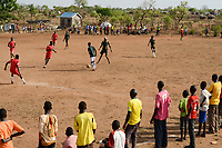 UGANDA, Arua, Yumbe, south sudanese refugees in Bidi Bidi refugee settlement , young people play soccer / suedsudanesische Fluechtlinge im Fluechtlingslager Bidi Bidi, Fussball Platz