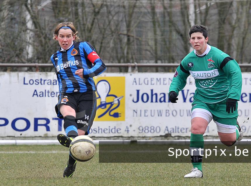 Club Brugge Dames - OHL Oud Heverlee Leuven : Angelique De Wulf aan de bal voor Kelly Paulus.foto DAVID CATRY / Vrouwenteam.be