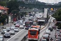 SÃO PAULO, SP, 18.05.2015 - TRÂNSITO-SP - O motorista enfrenta trânsito intenso na Avenida Eusébio Matoso sentido ambos sentidos NA região oeste da cidade de São Paulo na manhã dessa segunda-feira,18. ( Foto: Kevin David / Brazil Photo Press )