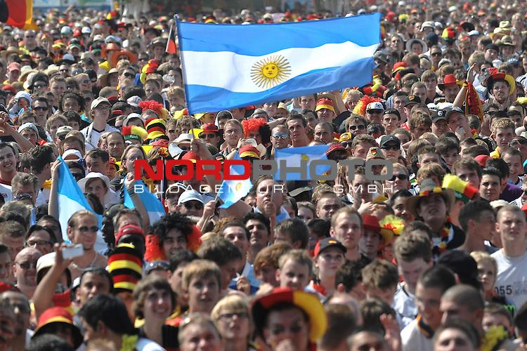 03.07.2010, Hyundai Fan Park, Hamburg, GER, FIFA Worldcup, Puplic Viewing Deutschland vs Argentinien  im Bild Fans der Argentinier<br /> Foto &copy;  nph /  Witke