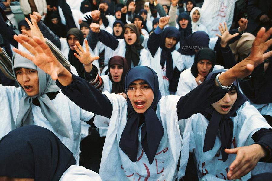 TEHRAN, IRAN - 1979: A demonstration by the supporters of the religious leader of the 1979 Iranian revolution; Ruhollah Musavi Khomeini. The white fabric over their clothes are symbols of the Islamic Burial Shroud to show their great support towards Khomeini and the fact that they are ready for martyrdom in the name of Islam. (Photo by Reza/Getty Images)<br /> T&eacute;h&eacute;ran, Iran - 1979.<br /> Une manifestation de soutien du chef religieux de la r&eacute;volution iranienne de 1979 : Ruhollah Musavi Khomeini. L'&eacute;toffe blanche sur leurs habits est un symbole des enterrements islamiques, pour montrer leur soutien &agrave; Khomeini et le fait qu'elles sont pr&ecirc;tes &agrave; devenir martyr au nom de l'islam. (Photo de Reza/Getty Images)