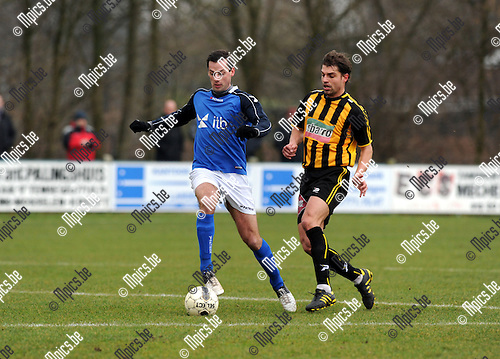 2013-03-10 / Voetbal / seizoen 2012-2013 / Mariekerke - Zwarte Leeuw / Willem Van Gool (l. Mariekerke) met Van de Perre..Foto: Mpics.be