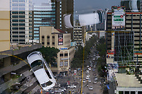 KENYA, Nairobi, city centre, buys road and refletion in window / KENIA, Nairobi, Stadtzentrum
