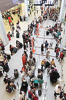RIO DE JANEIRO, RJ, 17.01.2014 - VESPERA DE FERIADO AEROPORTO  SANTOS DUMONT RJ - Devido a forte chuva que atingiu a cidade do Rio de Janeiro na noite de ontem e a véspera do feriado de São Sebastião na segunda feira o aeroporto do Santos Dumont encontra-se cheio com filas para o embarque de passageiros, nessa sexta 17 . (Foto: Levy Ribeiro / Brazil Photo Press)