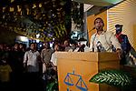 """Mohamed Nasheed è stato il primo presidente democraticamente eletto delle Maldive nel 2008. Ex prigioniero politico, il """"Mandela dei Tropici"""", ha creato per la prima volta un sistema sanitario pubblico per i maldiviani e imposto, per la prima volta, il pagamento delle tasse agli oligarchi dei Resort. La reazione dei tycoon non si è fatta attendere; è stato deposto dall'ancien regime il 7 febbraio 2012. Sabato 16 novembre, dopo sei rocamboleschi rinvii, ha perso per un pugno di voti al ballottaggio, sconfitto da Abdulla Yameen, il fratello del vecchio dittatore, Mamoon Abdul Gayoom."""